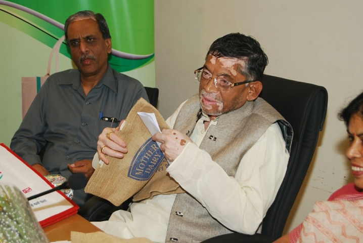 Shri Santosh Kumar Gangwar, Hon'ble Minister of State for Textiles (Independent Charge) launching Jute Carry Bags for sale at Mother Dairy & Safal Outlets in National Capital Region on 19th April 2016