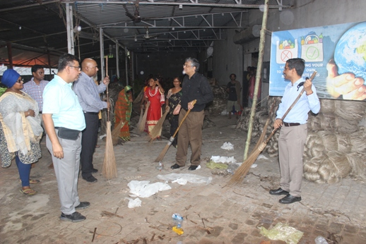 Swachha Bharat activities on 21 September 2019 by Shri Sanjay Sharan, JS (FIBRE), Ministry of Textiles, Govt. of India alongwith Shri Arvind Kumar, Member Secretary, NJB at Jute Unit (Ecotex)