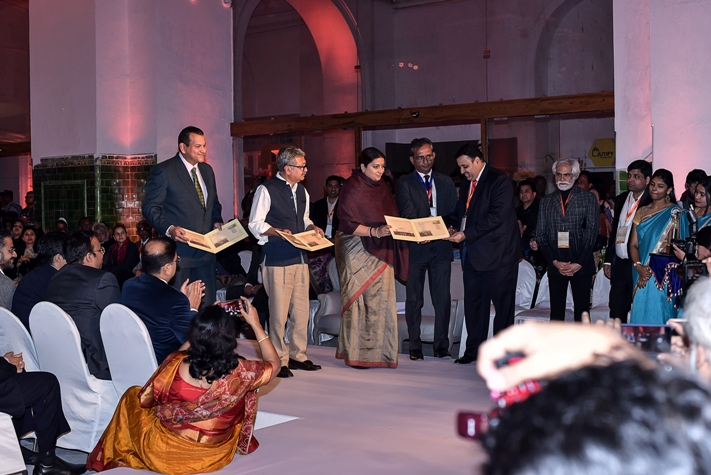 Smt. Smriti Zubin Irani, Hon'ble Union Minister of Textiles unveils Special Cover on Indian Post Philatelic Bureau During