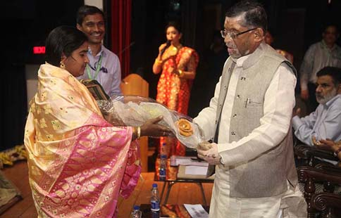 Hon'ble MOST Shri Santosh Kumar Gangwar being greeted by WSHG member at National Seminar on Jute Diversified Products at Kolkata